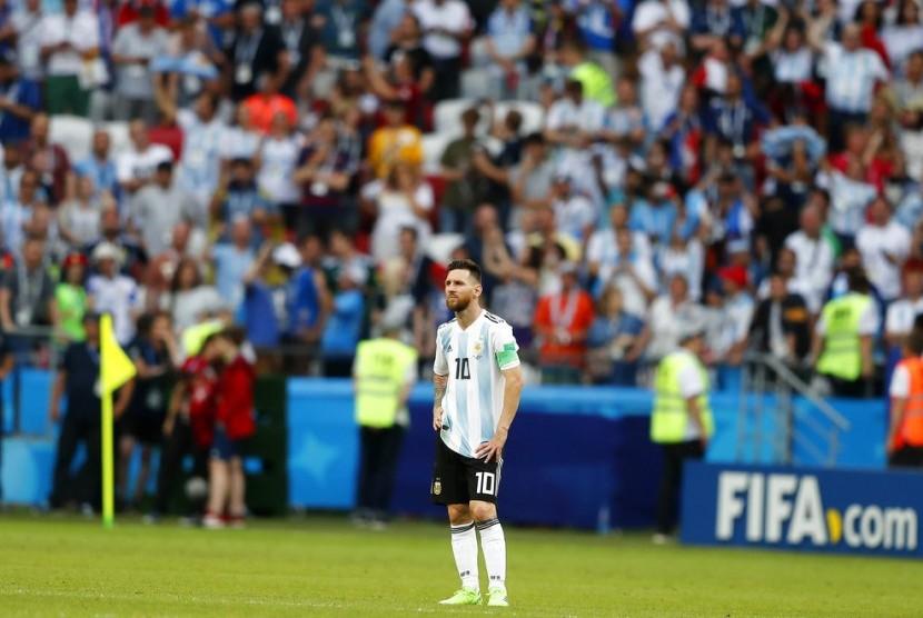 Lionel Messi dari Argentina berdiri di atas lapangan pada akhir babak 16 pertandingan antara Prancis dan Argentina, di Piala Dunia Sepak Bola 2018 di Kazan Arena di Kazan, Rusia, Sabtu, 30 Juni 2018. Prancis menang 4-3. (Foto AP / Frank Augstein)