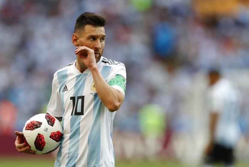 Lionel Messi dari Argentina berdiri di atas lapangan selama putaran 16 pertandingan antara Prancis dan Argentina, di Piala Dunia Sepak Bola 2018 di Kazan Arena di Kazan, Rusia, Sabtu, 30 Juni 2018.