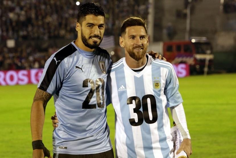 Bintang Argentina Lionel Messi (kanan) dan bintang Uruguay Luis Suarez saat berpose dalam kampanye tuan rumah bersama Piala Dunia 2030.