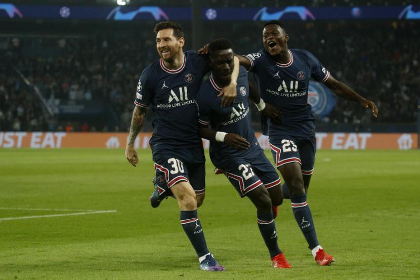 Lionel Messi (kiri) dan Idrissa Gueye (tengah) dua pencetak gol Paris Saint Germain ke gawang Manchester City.
