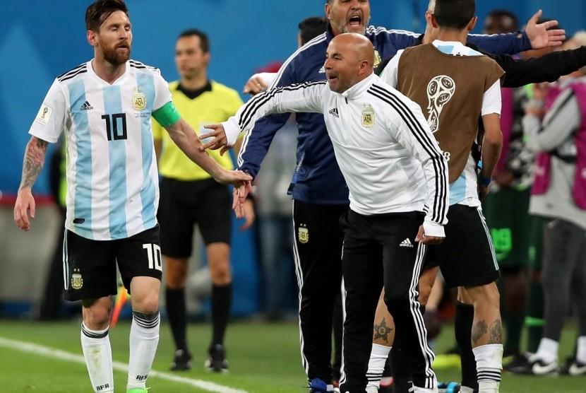 Lionel Messi (kiri) dan Jorge Sampaoli.