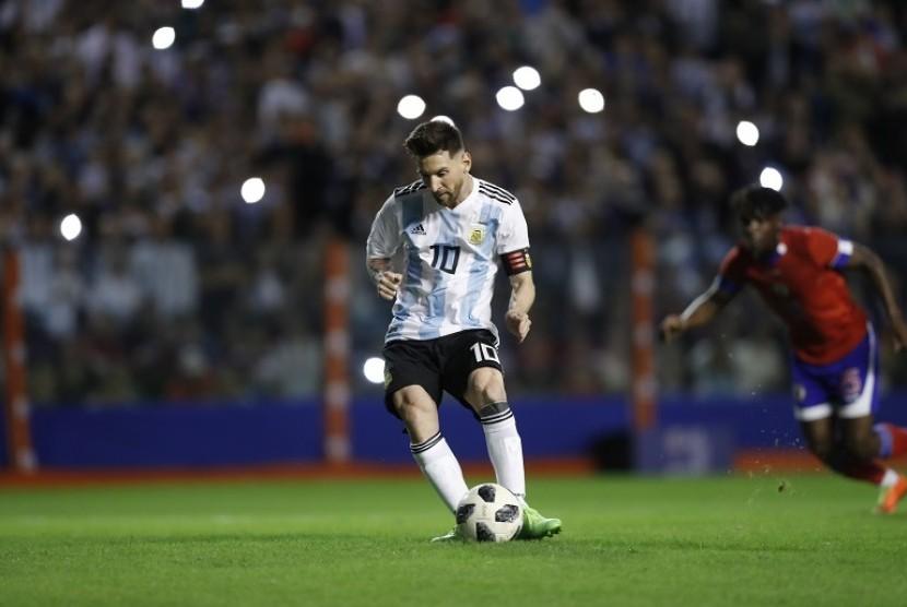 Lionel Messi mengambil tendangan penalti saat melawan Haiti.