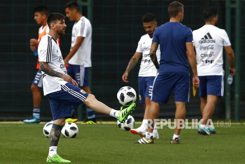 Lionel Messi mengontrol bola pada sesi latihan tim di Pusat Olahraga FC Barcelona Joan Gamper, di Sant Joan Despi, Spanyol, Rabu (6/6). Argentina telah membatalkan pertandingan pemanasan Piala Dunia melawan Israel setelah protes oleh pro Kelompok-kelompok Palestina.