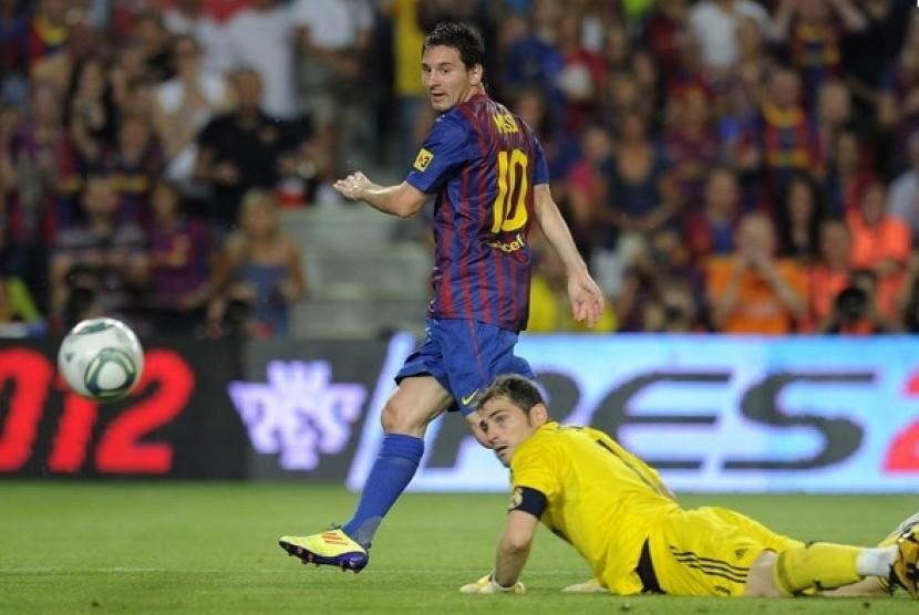 Lionel Messi saat menaklukkan Iker Casillas dalam satu pertandingan.