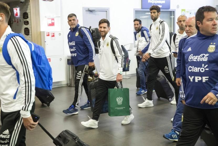 Lionel Messi (tengah) bersama skuat timnas Argentina tiba di Bandara Internasional Zhukovsky, Moskow, pada Sabtu (9/6) malam waktu setempat.