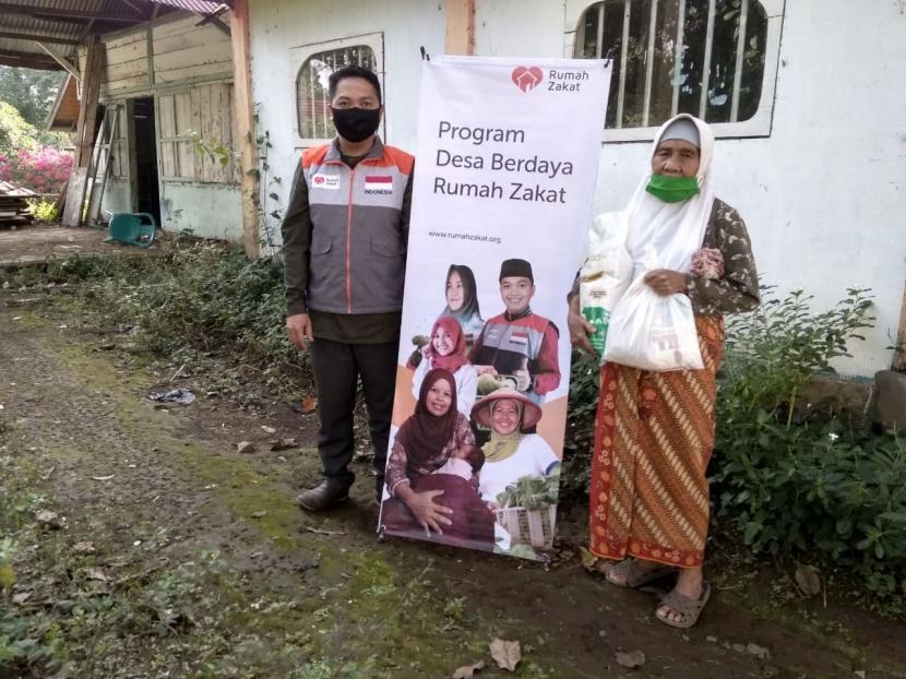 Lisna, salah seorang Penerima Manfaat sembako dari Relawan Rumaj Zakat