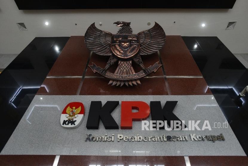 Logo KPK serta lambang Burung Garuda di ruang tunggu Gedung KPK, Jakarta, Ahad (19/2).