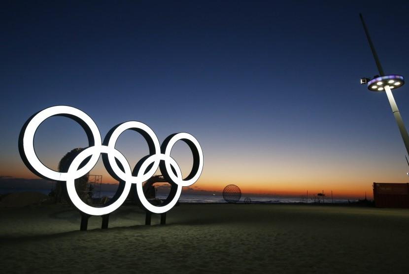 Logo Olimpiade di Pantai Gyegpo dalam rangka Olimpiade musim dingin di Pyeongchang Korsel.