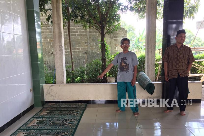 Lokasi penusukkan Ustaz Abdurrahman di Masjid Darul Mutaqin Perumahan Bumi Sawangan Indah, Sawangan, Depok, Jawa Barat, Ahad (11/3).