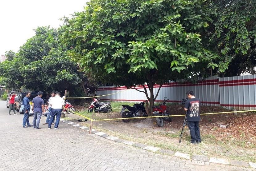 Lokasi terbakar mobil Daihatsu Xenia milik Neno Warisman, di kompleks perumahan Griya Tugu Asri, Cimanggis, Depok, Sabtu (21/7). Saat terbakar, mobil terparkir di depan rumah Neno.
