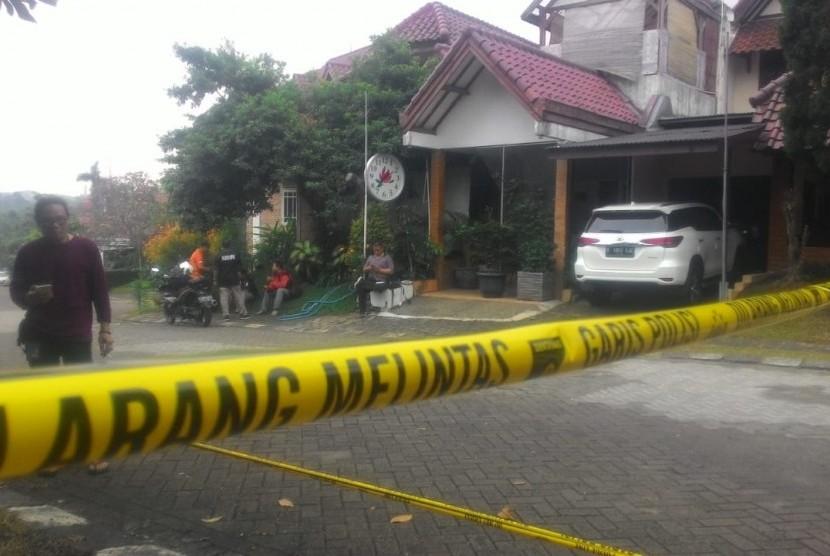Lokasi TKP terbakarnya mobil Neno Warisman sudah dipasangi garis polisi di halaman depan Rumah Neno Warisman di Kompleks Tugu Asri, Cimanggis, Depok, Sabtu (21/7).