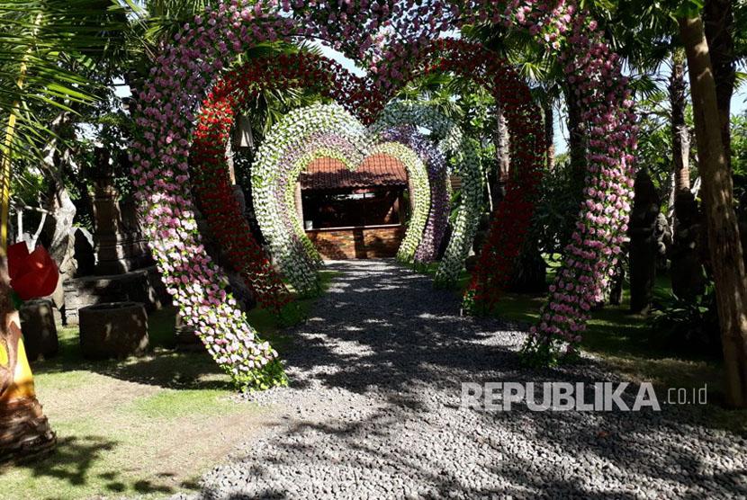 Terowongan cinta di lokasi wisata Big Garden Corner di Kota Denpasar, Bali.