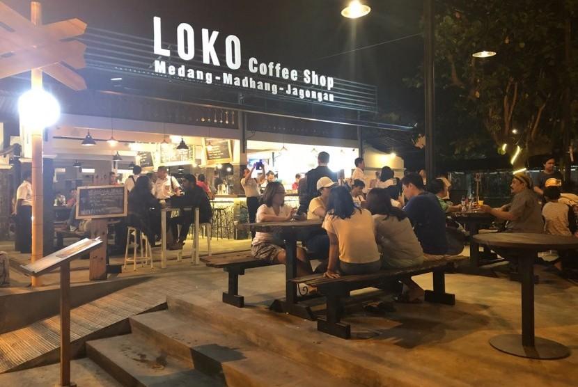 Loko Coffee Shop Malioboro yang ada di depan Stasiun Tugu Yogyakarta dan di seberang Kawasan Malioboro.