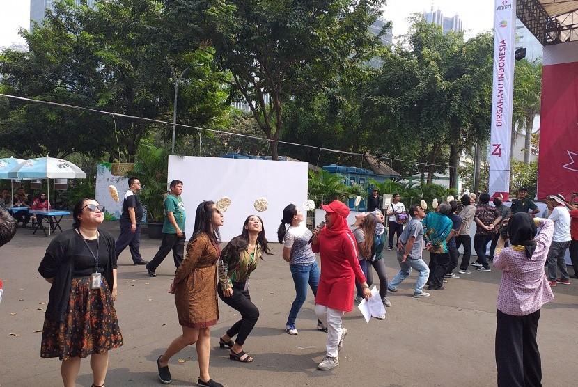 Lomba makan kerupuk memeriahkan perayaan HUT RI Ke-74 di Pasar Akhir Pekan, SCBD, Jakarta, Sabtu (17/8).