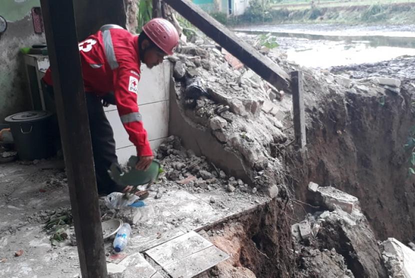Longsor merusak satu unit rumah warga dan saluran irigasi di Desa Cibatu, Kecamatan Cisaat Kabupaten Sukabumi Senin (5/11).