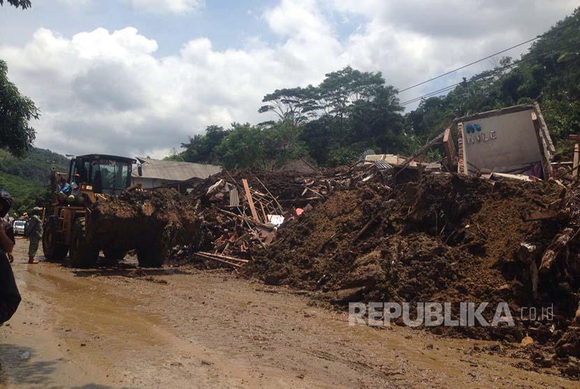 Alat berat berusaha membuka jalan yang tertutup longsor di daerah Ciherang, Kabupaten Sumedang, Rabu (21/9).