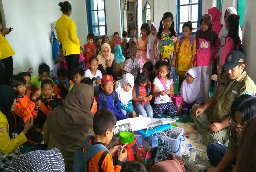LPBI NU bekerja sama dengan Himpunan Mahasiswa Administrasi Niaga Politeknik Negeri Jakarta menggelar Pelatihan Pengelolaan Sampah Non Organik sekaligus meresmikan pembentukan Bank Sampah Nusantara Cabang Kp. Langkop Desa Gunung Picung, Kabupaten Bogor,