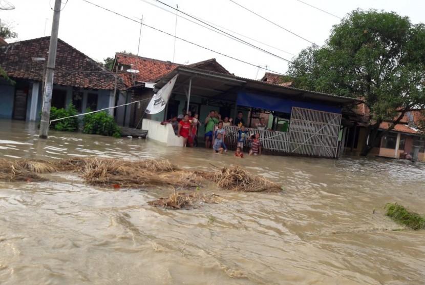 Luapan sungai Cimanuk merendam ribuan rumah warga di empat desa di Kabupaten Indramayu, Senin (8/4). Banjir juga membuat jalan provinsi penghubung Kecamatan Indramayu - Kecamatan Jatibarang ditutup karena terendam.