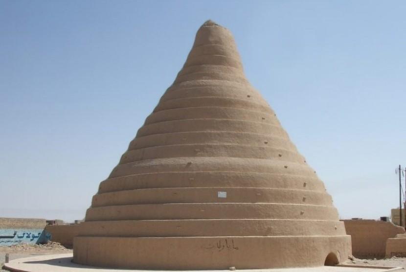 Lubang es yang digunakan orang zaman kuno untuk menyimpan es selama berbulan-bulan.