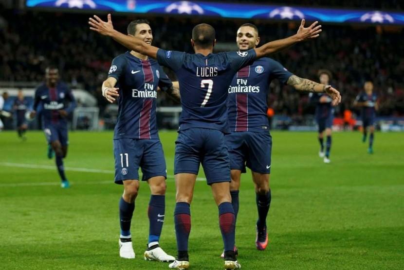 Lucas Moura (tengah) merayakan golnya bersama rekan-rekannya.