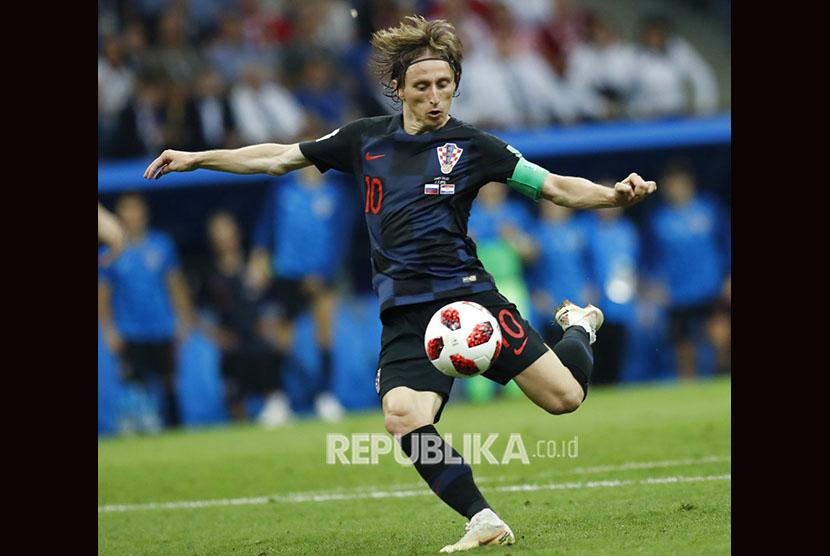Luka Modric dari Kroasia menendang bola saat pertandingan perempat final antara Rusia dan Kroasia di Piala Dunia 2018 di Stadion Fisht, di Sochi, Rusia, Sabtu, 7 Juli 2018.