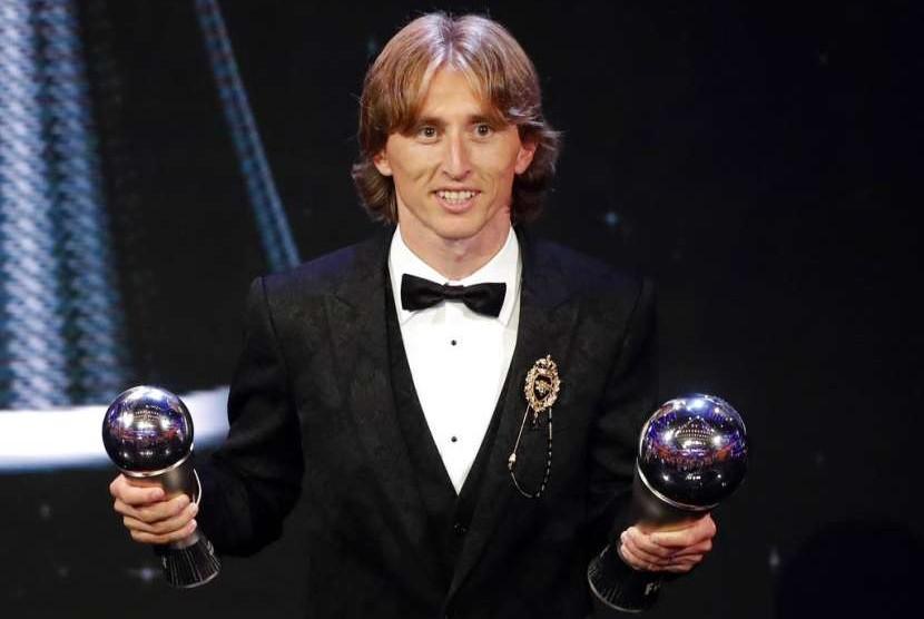 Luka Modric dengan trofi Pemain Terbaik FIFA 2018.
