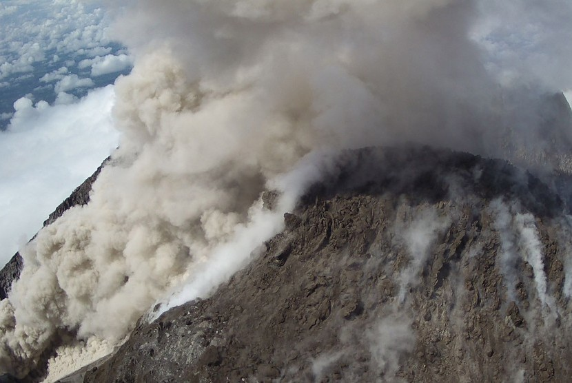 Luncuran awan panas dari puncak Gunung Merapi terekam CCTV milik Balai Penyelidikan dan Pengembangan Teknologi Kebencanaan Geologi (BPPTKG) di Sleman, DI Yogyakarta, Senin (11/2/2019).