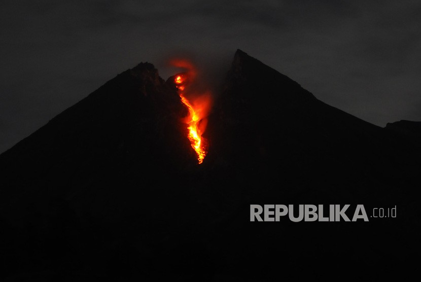 Luncuran lava pijar Gunung Merapi terlihat dari wilayah Balerante, Kemalang, Klaten, Jawa Tengah, Sabtu (12/1/2019) dini hari.