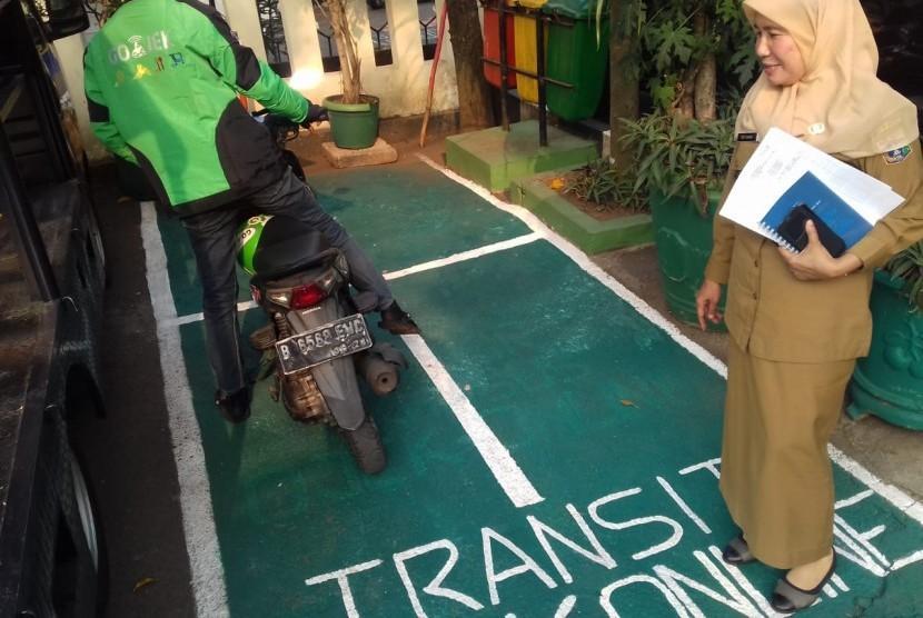 Lurah Cipete Selatan, Euis Sa'adah, menyuruh pengemudi ojek daring untuk menunggu di zona khusus, area kantor Lurah Cipete Selatan, Jakarta Selatan (31/7)