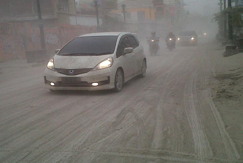 Suasana Jalan Profesor Yohanes Sagan, Yogyakarta, Jumat (14/2), yang dipenuhi debu vulkanis letusan Gunung Kelud.  (Republika/Nur Aini)