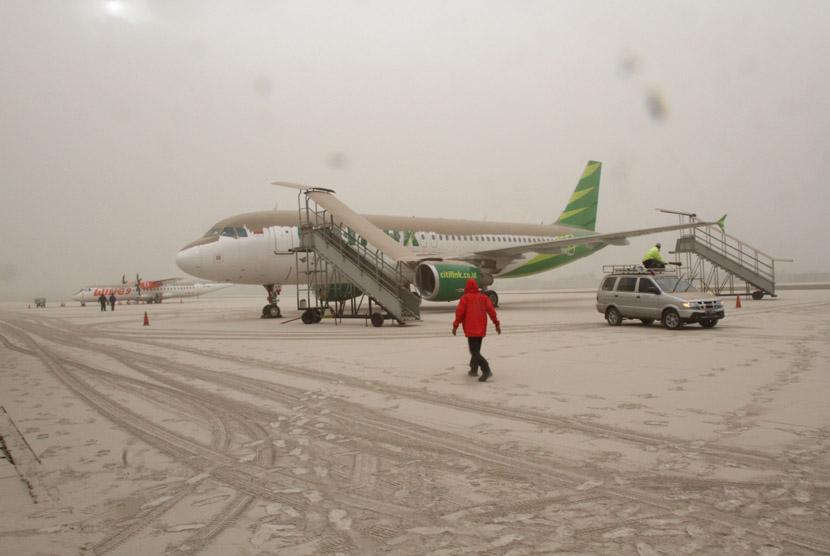 Dua pesawat komersial tertutup abu vulkanik dan tidak bisa dioperasikan di Bandara Adi Sutjipto, Yogyakarta, Jumat (14/2). (Antara/Regina Safri)