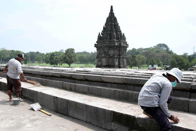 Petugas membersihkan abu vulkanik Gunung Kelud di pelataran Candi Prambanan, Sleman, Jateng, Senin (17/2).   (Antara/Regina Safri)