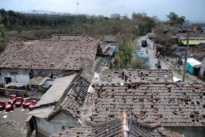 Kondisi Desa Laharpang, Puncu, Kediri, Jawa Timur, Selasa (18/2), yang terkena dampak erupsi Gunung Kelud. (Republika/Adhi Wicaksono)