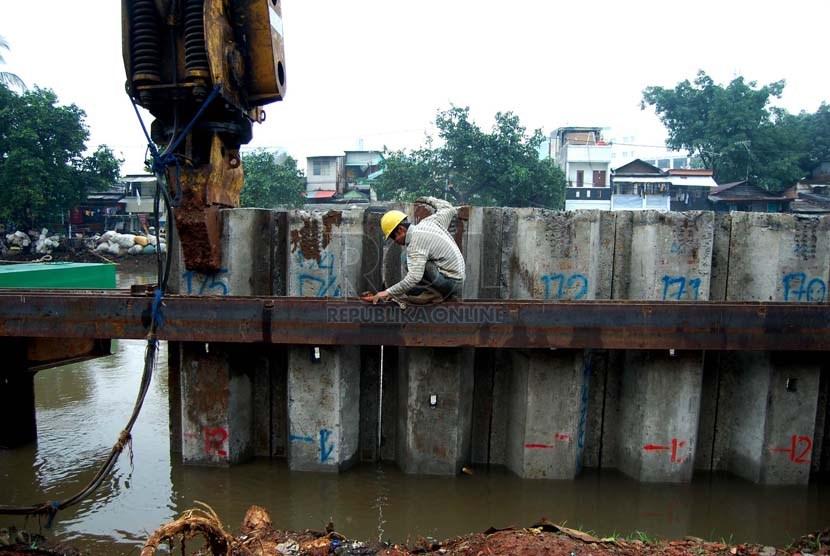 Pekerja memasang beton di proyek pembangunan drainase Sungai Ciliwung, Jalan Gunung Sahari Raya, Jakarta Pusat, Rabu (26/2).  (foto: Raisan Al Farisi)