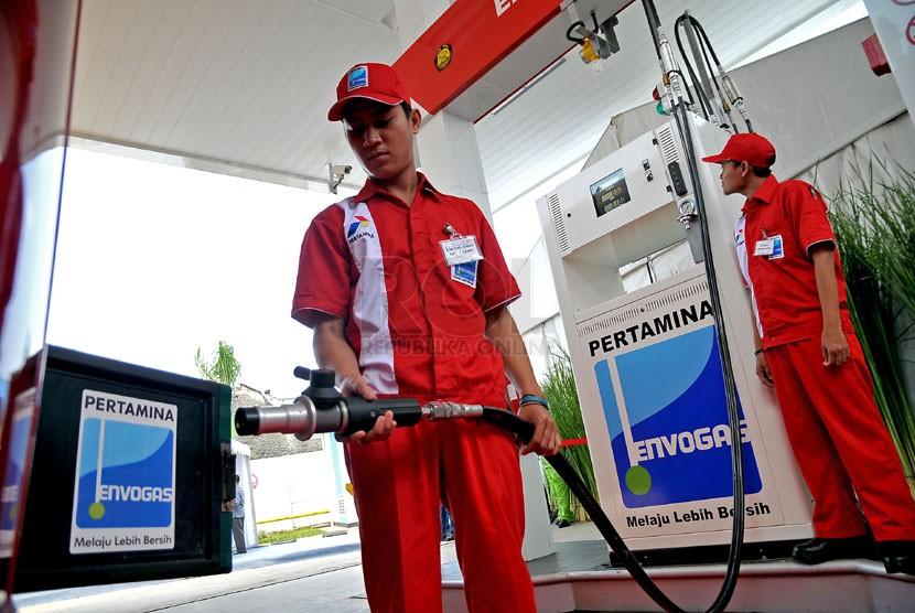 Petugas menunjukan cara mengisi BBG di Stasiun Pengisian Bahan Bakar Gas (SPBG) Lebak Bulus, Jakarta yang batal diresmikan, Jumat (7/3).  (Republika/Prayogi)