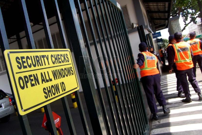 Suasana pengamanan di gerbang masuk Jakarta International School (JIS) Jalan Terogong, Pondok Indah, Jakarta Selatan, Selasa (22/4). (foto: Raisan Al Farisi)