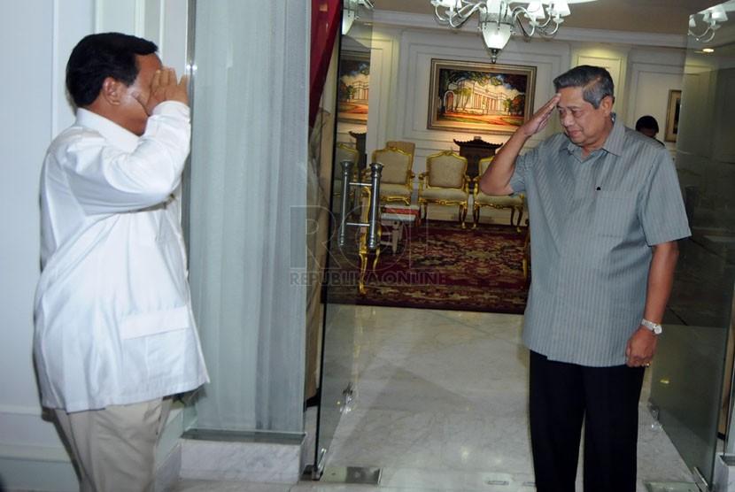 Capres dari Partai Gerindra Prabowo Subianto memberi hormat kepada Presiden SBY di Kantor Presiden, Jakarta, Selasa (13/5). (Republika/Aditya Pradana Putra)