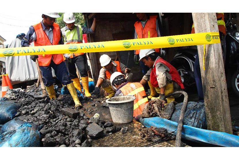 Lokasi ditemukannya sambungan air ilegal (usaha cuci motor). Pipa distribusi air PALYJA berada di kedalaman setengah meter jalan beton, akan tetapi pelaku pencurian air masih bisa membuat sambungan ilegal. (dok.Palyja)