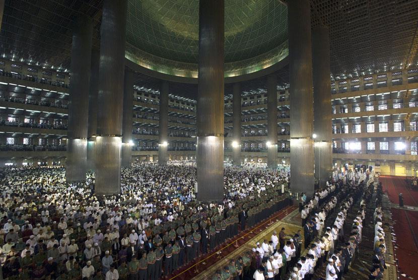 Umat muslim melaksanakan Salat Idul Fitri di Masjid Istiqlal, Jakarta Pusat, Senin (28/7).  (Antara/Andika Wahyu)