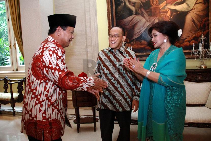 Ketua Umum Partai Golongan Karya Aburizal Bakrie (tengah), bersama istri menerima kunjungan Prabowo Subianto (kiri) saat open house di kediaman ARB, Jakarta, Senin (28/7).(Republika/Yasin Habibi)