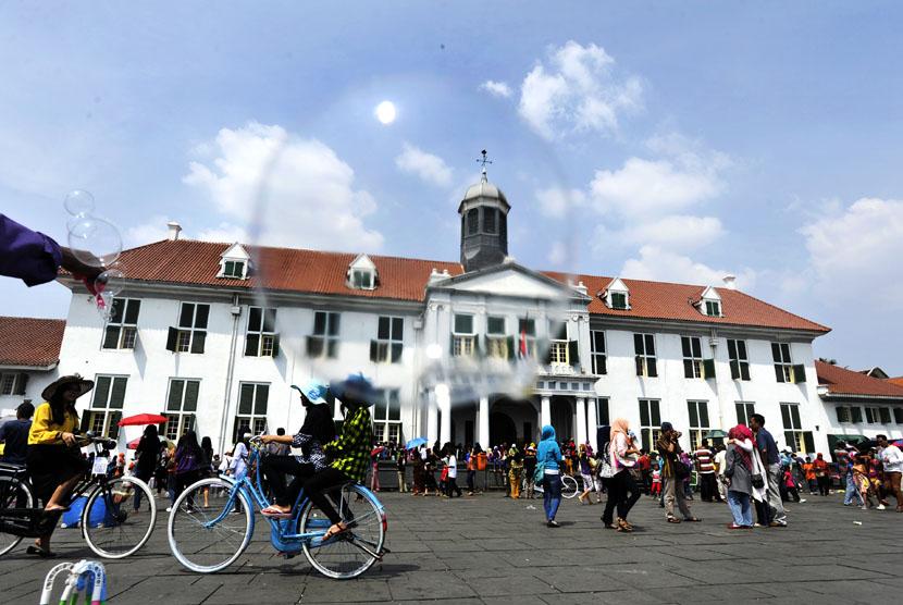 Wisatawan menikmati suasana liburan di kawasan Museum Fatahillah Jakarta.