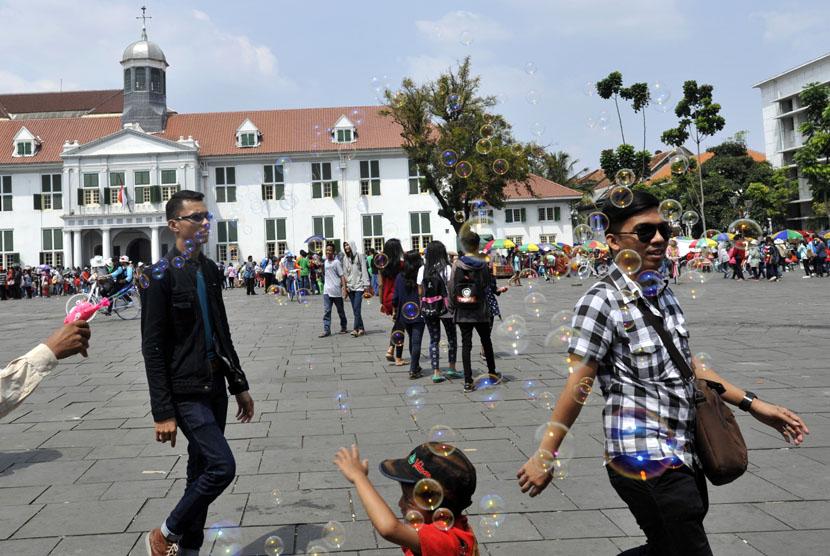 Wisatawan menikmati suasana liburan di kawasan Museum Fatahillah Jakarta, Rabu (30/7).   (Antara/Andika Wahyu)