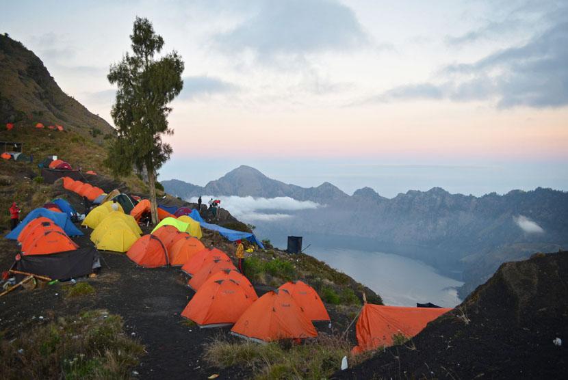 Sejumlah tenda pendaki Gunung Rinjani berada di Pelawangan Sembalun, Lombok Timur, NTB, Kamis (31/7). (Antara/Eka Fitriani)