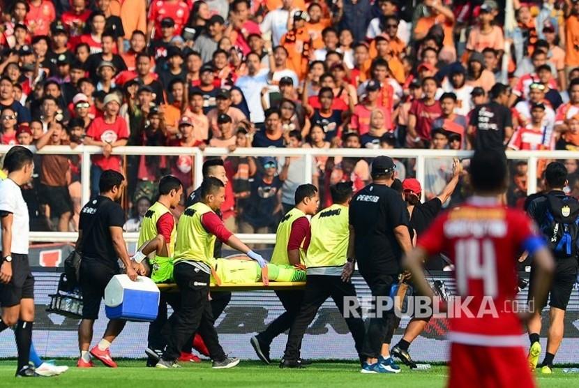 M Natshir ditandu keluar lapangan setelah bertabrakan dengan Bruno Matos pada pertandingan Liga-1 Persija Jakarta melawan Persib Bandung di Stadion Utama Gelora Bung Karno (GBK) Senayan, Jakarta, Rabu (10/7/2019).
