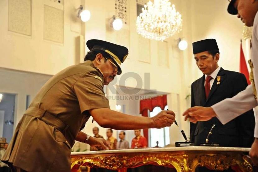 M Prasetyo dilantik oleh Presiden RI Joko Widodo sebagai Jaksa Agung di Istana Negara Jakarta, Kamis (20/11).  (Republika/ Tahta Aidilla)