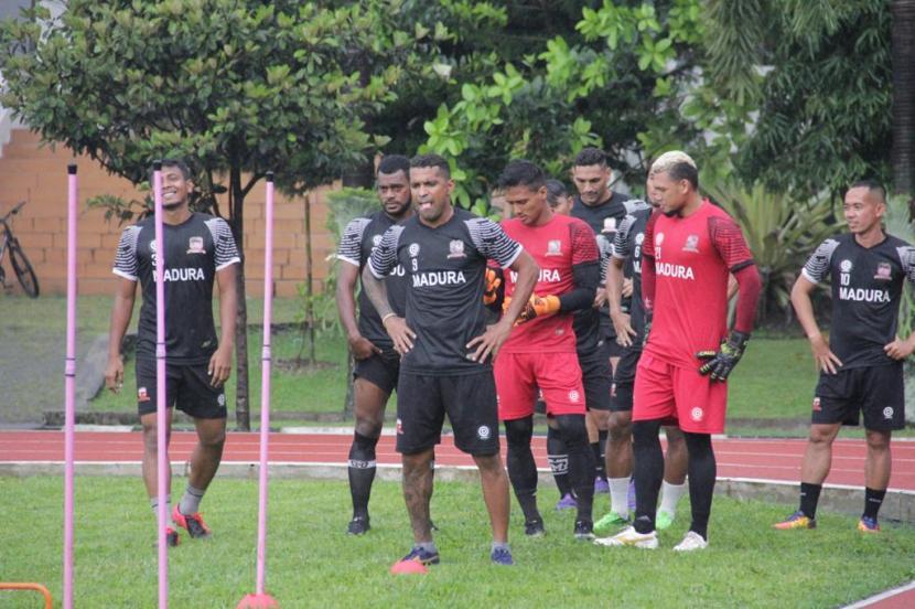 Madura United berlatih di Lapangan Seskoad, Kota Bandung, Kamis (18/3). Tim tiba di Bandung lebih cepat dari jadwal semula untuk memaksimalkan persiapan jelang Piala Menpora.