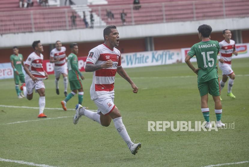 Penyerang Madura United Alberto Goncalves (tengah).