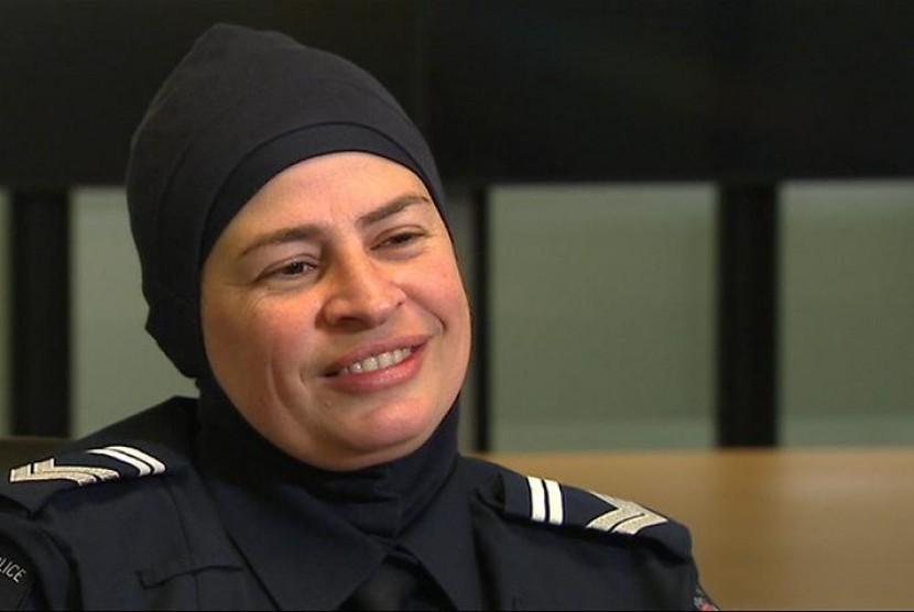 Maha Sukkar adalah polisi Australia pertama yang diizinkan memakai jilbab saat bertugas.