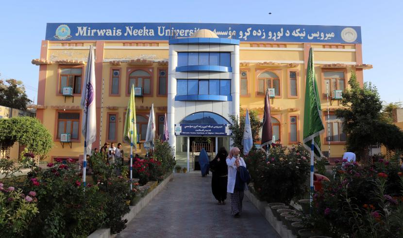Mahasiswa Afghanistan terlihat di Universitas Mirwais Neeka di Kandahar, Afghanistan, 20 September 2021. Taliban secara resmi mengumumkan pada 12 September pemisahan mahasiswa pria dan wanita di semua universitas negeri dan swasta di negara itu. Institusi pendidikan diharuskan memiliki gedung terpisah untuk siswa laki-laki dan perempuan, jika tidak ada, mereka akan menghadiri kelas di gedung yang sama tetapi pada waktu yang berbeda