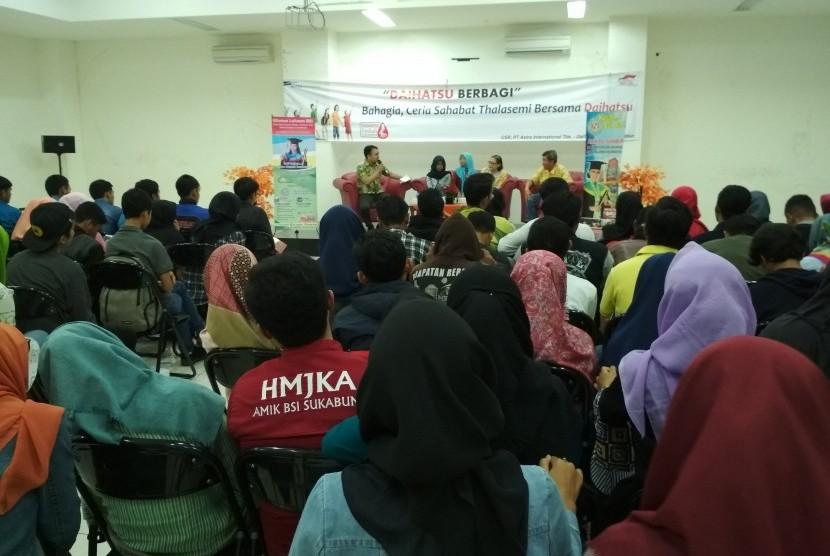 Mahasiswa AMIK BSI Sukabumi sangat antusias mendengarkan penjelasan mengenia penyakit thalasemia yang disampaikan Dr Hasan.